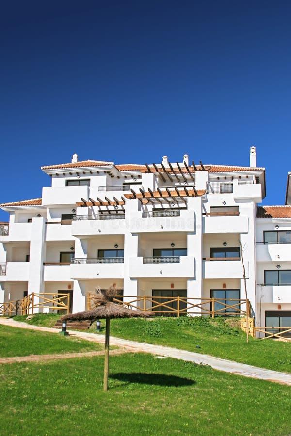Bloco De Apartamentos E Jardins Brancos Em Spain Imagens de Stock Royalty Free