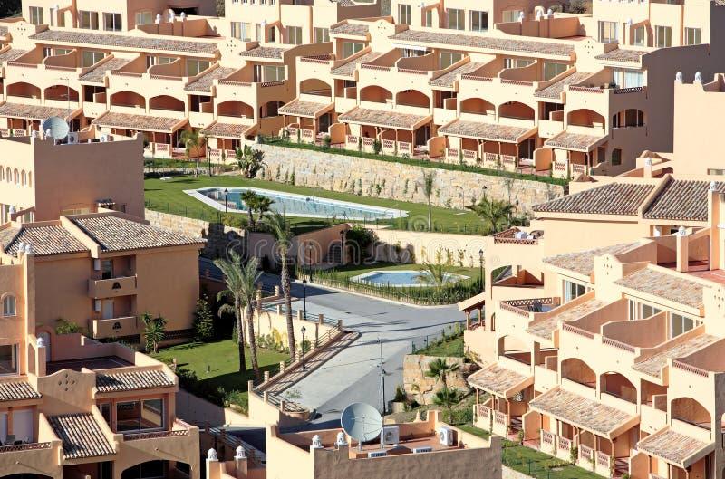 Bloco de apartamentos espanhol ensolarado fotografia de stock