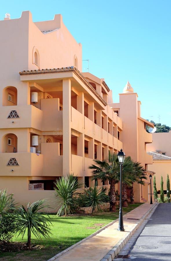 Bloco de apartamentos espanhol ensolarado foto de stock