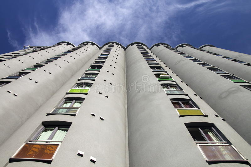 Bloco de apartamentos moderno fotografia de stock royalty free