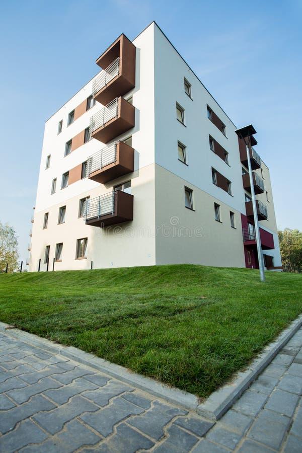 Bloco de apartamentos recentemente construído foto de stock royalty free