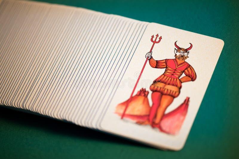 Bloco de cartões de tarô pictóricos com o diabo imagens de stock