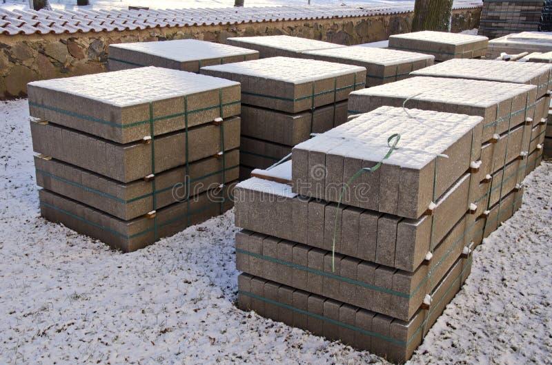 Bloco de cimento dos materiais de construção no parque urbano fotografia de stock