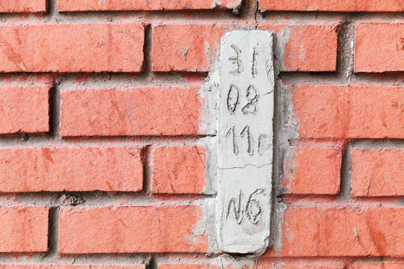 Bloco de cimento especial com data para observar quebras imagem de stock royalty free