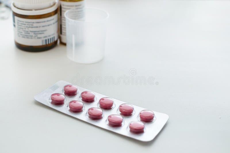 Bloco de comprimidos vermelhos em um fundo branco fotos de stock