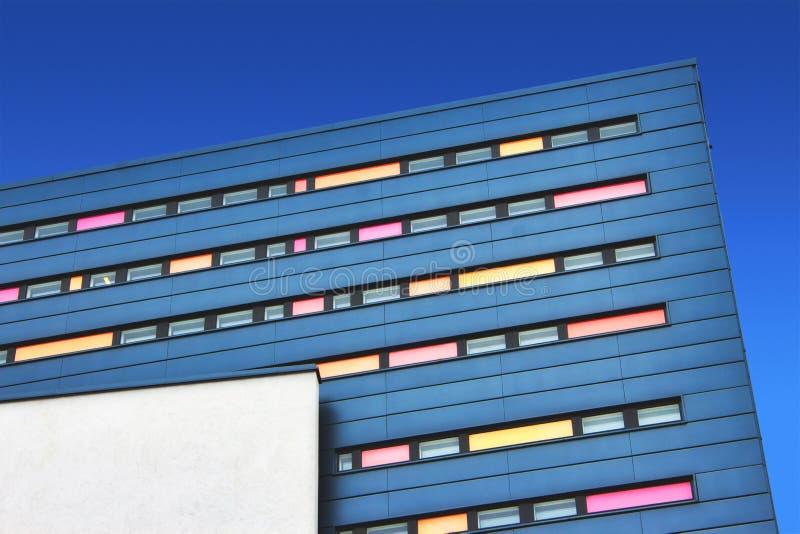 Bloco de escritório do projeto moderno com fachada colorida contra um fundo do céu azul foto de stock