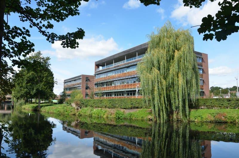 Bloco de escritório moderno do beira-rio imagens de stock