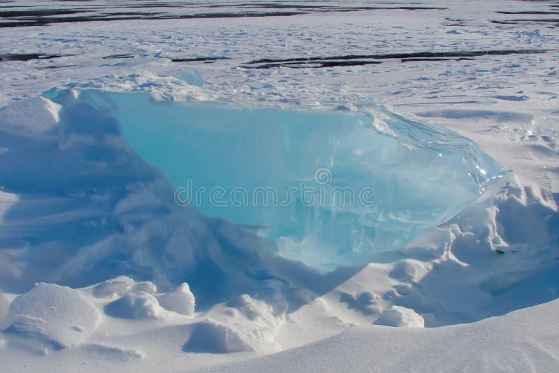 Bloco de gelo azul grosso no monte de neve imagem de stock royalty free