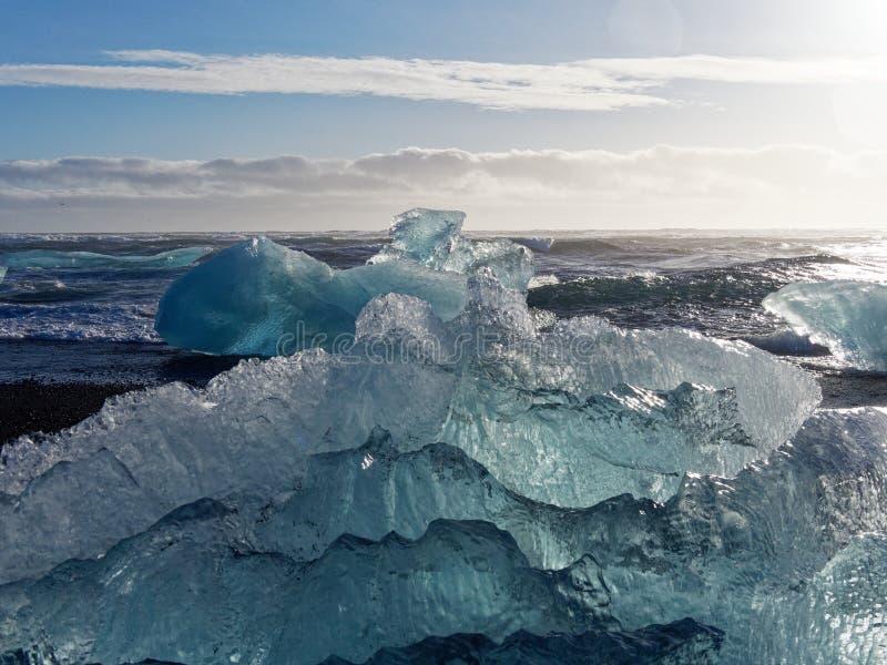 Bloco de gelo na praia fotografia de stock royalty free