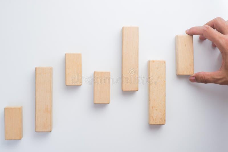Bloco de madeira aranging da mão imagem de stock royalty free