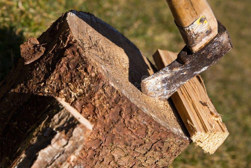 Bloco de madeira com madeira do machado e da separação, close up fotografia de stock