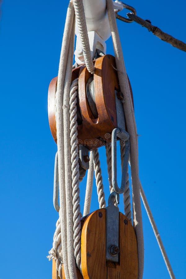 Bloco de madeira maciço para cordas em um navio de navigação fotos de stock royalty free