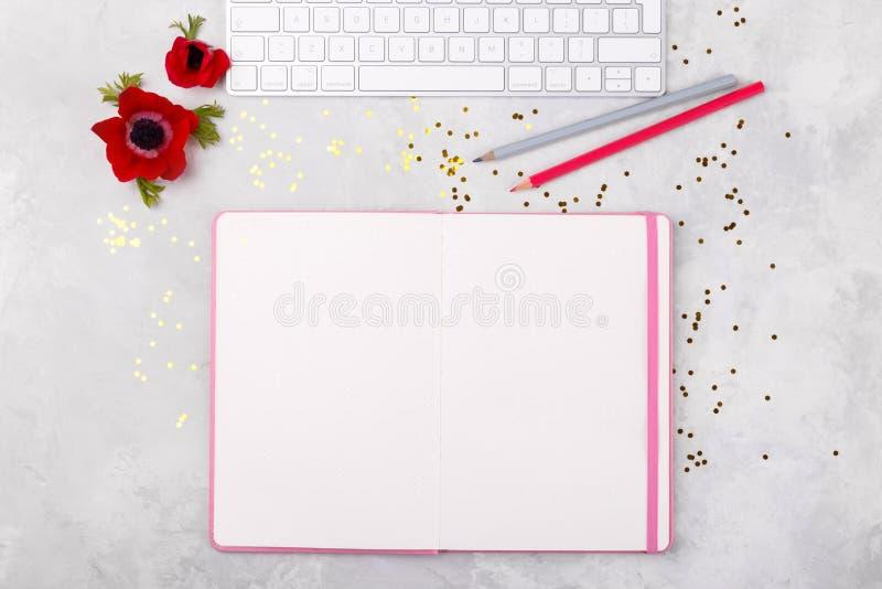 Bloco de notas aberto e lápis coloridos fotos de stock royalty free