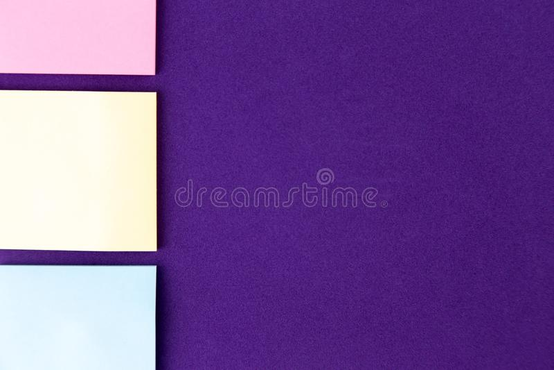 Bloco de notas com grupo de clipes de papel coloridos no fundo roxo conceitos da faculdade criadora do neg?cio Projeto colocado l fotografia de stock royalty free