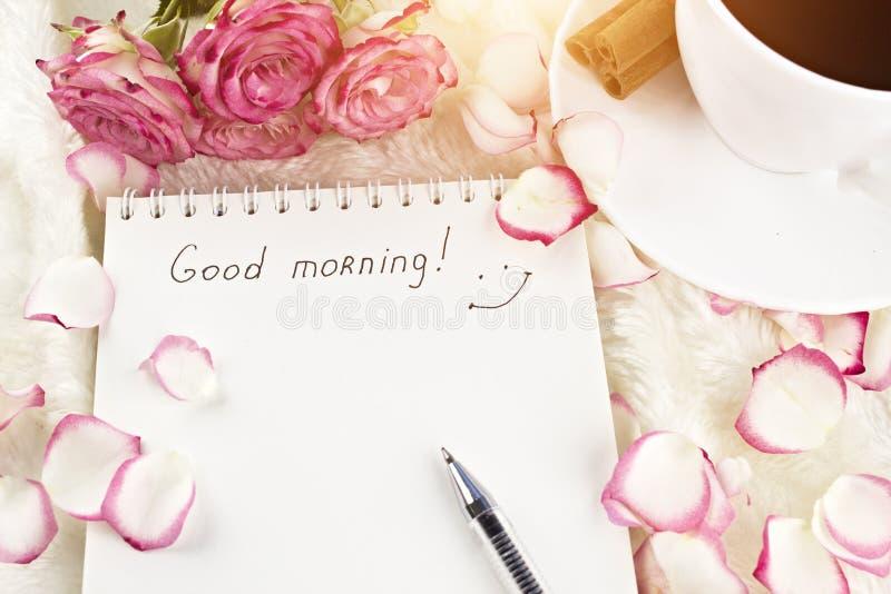 Bloco de notas com o bom dia da inscrição, sol, café, canela, rosas, pétalas, canela imagem de stock royalty free