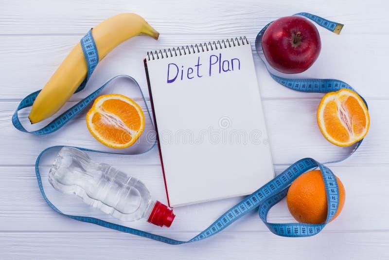 Bloco de notas com plano da dieta da inscrição imagens de stock