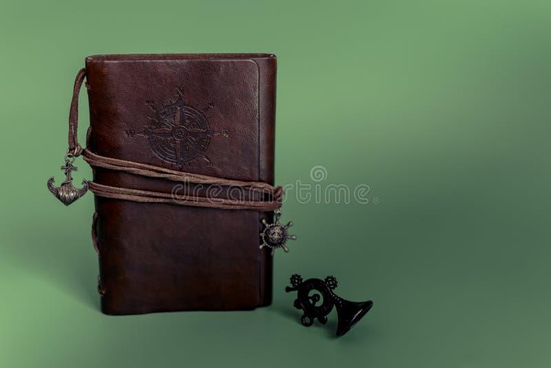 Bloco de notas do diário do papel feito a mão na caixa de couro marrom no fundo verde do Natal imagem de stock royalty free