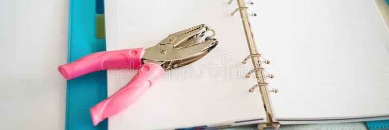 Bloco de notas e artigos de papelaria no fundo branco Planejador para o neg?cio e o estudo Fãs da BANDEIRA dos artigos de papelar imagem de stock