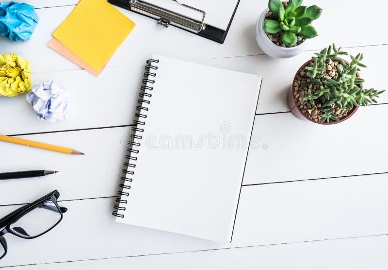 Bloco de notas na tabela da mesa de escritório com fontes e cacto do potenciômetro imagem de stock royalty free