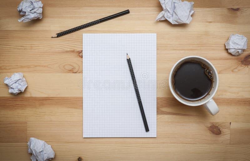 Bloco de notas vazio com lápis e café fotografia de stock