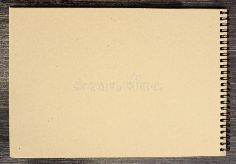 Bloco de notas vazio para esboçar com as páginas amareladas do cartão no fundo preto foto de stock royalty free