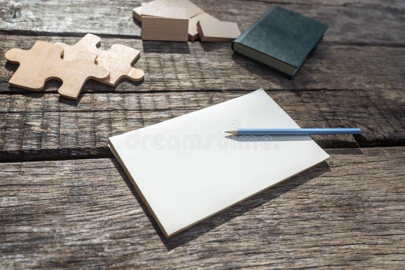 Bloco de notas vazio que encontra-se em uma mesa de madeira rústica fotos de stock
