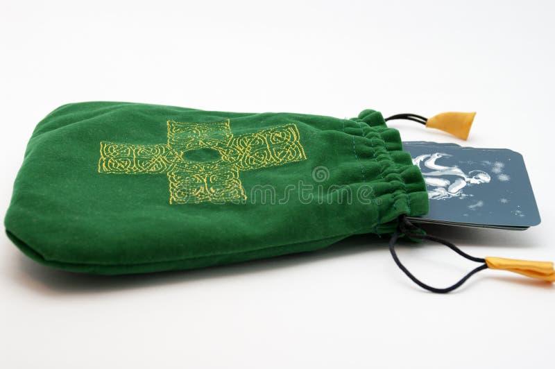 Bloco de Tarot em um malote verde com cruz nela fotos de stock royalty free