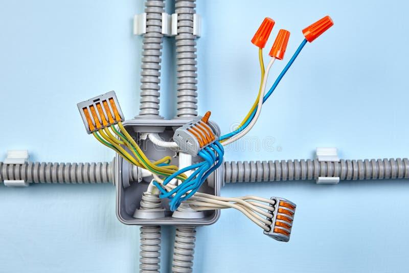Bloco de terminais Pluggable e conector elétrico na caixa de junção imagens de stock