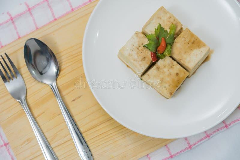 Bloco de Tofu e de placa de desbastamento com pimentão e gengibre imagem de stock