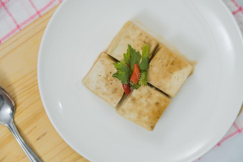 Bloco de Tofu e de placa de desbastamento com pimentão e gengibre imagens de stock