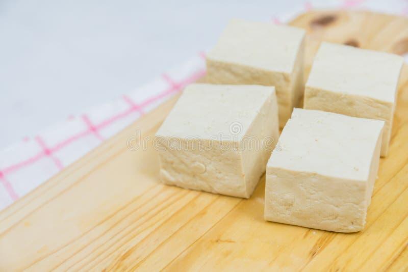 Bloco de Tofu fresco no fundo de madeira (close-up disparado) imagem de stock