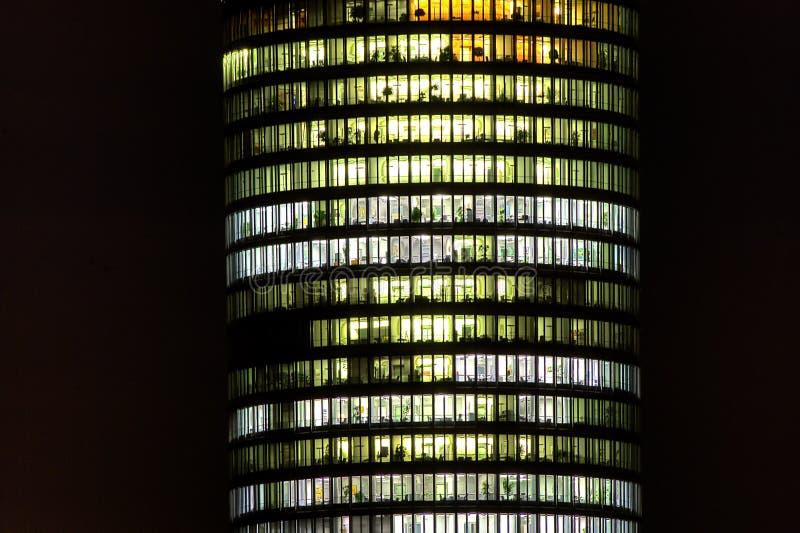 Bloco de torre do departamento na noite fotografia de stock royalty free
