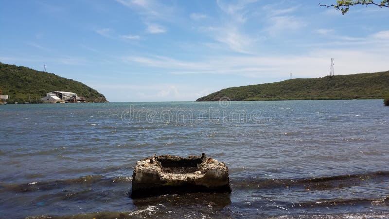 Bloco do cimento na água do mar em Guanica, Porto Rico fotografia de stock royalty free