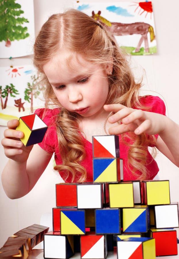 Bloco do jogo do preschooler da criança no quarto do jogo. imagem de stock
