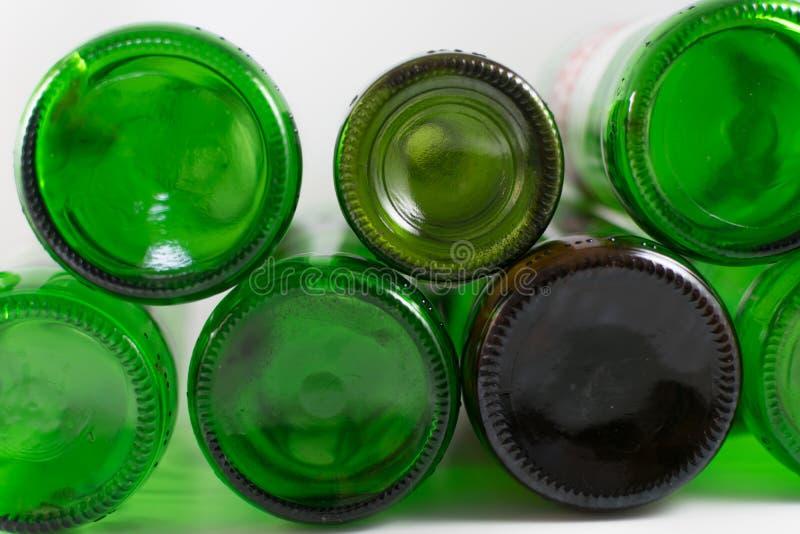 Bloco do verde vazio da cerveja e do vinho e garrafas de vidro marrons da parte inferior, em um fundo branco Reutiliza??o, Eco-am fotos de stock royalty free