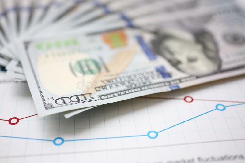 Bloco enorme do dinheiro dos E.U. que encontra-se para baixo no documento financeiro importante imagens de stock royalty free