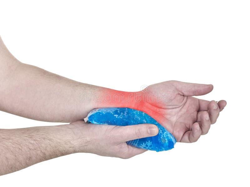 Bloco fresco do gel em um pulso de ferimento inchado. imagens de stock