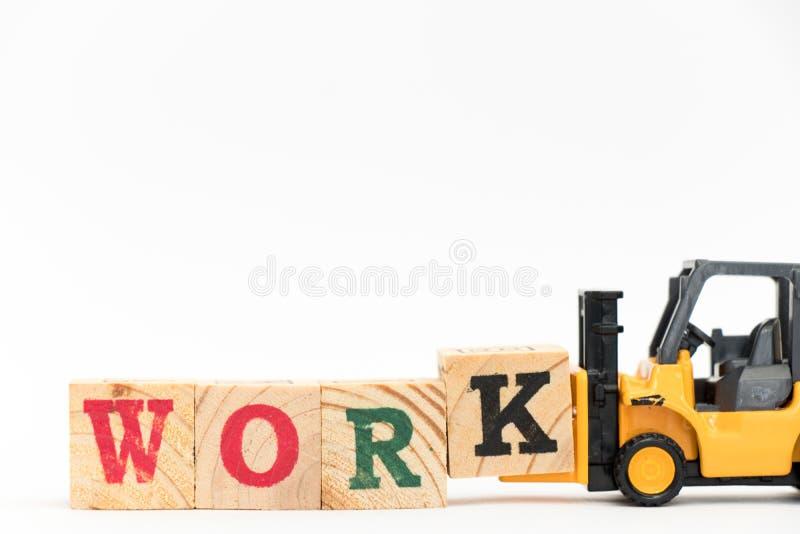Bloco K da letra da posse da empilhadeira do brinquedo para terminar o trabalho da palavra no fundo branco imagens de stock royalty free