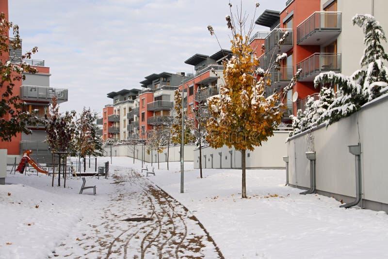 Bloco residencial de casas no inverno imagem de stock royalty free