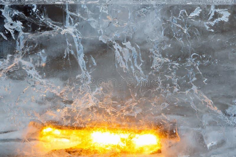 Bloco transparente glacial de gelo com testes padrões fotos de stock