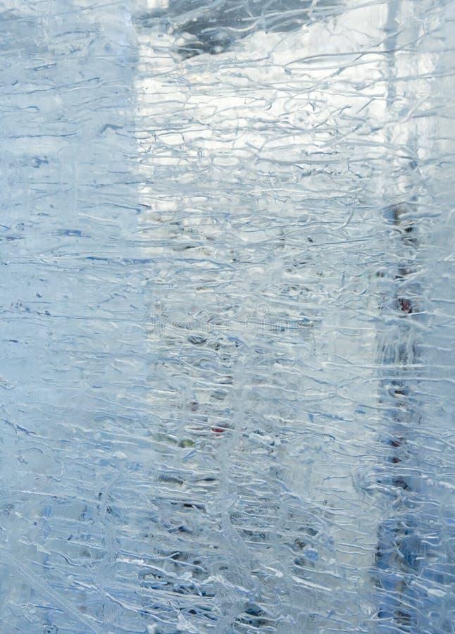 Bloco transparente glacial de gelo com testes padrões foto de stock