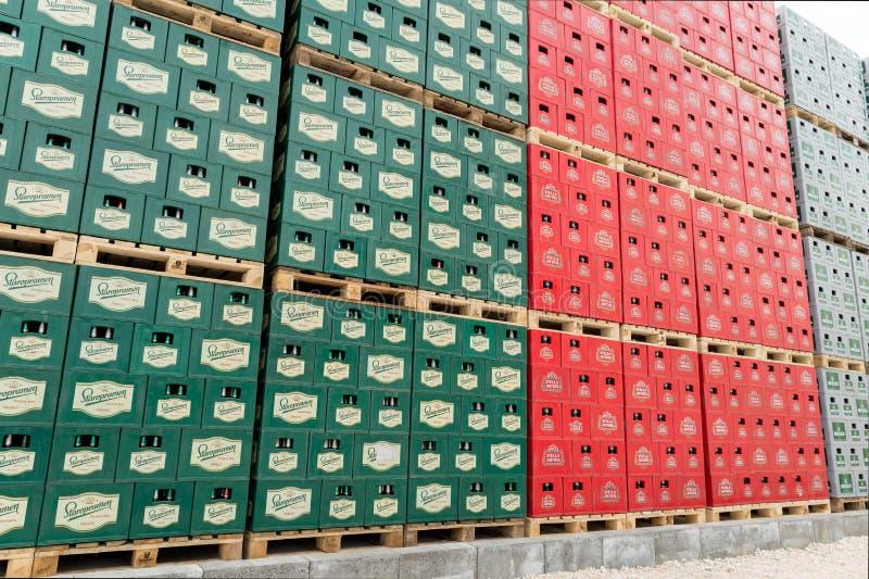 Blocos da cerveja engarrafada em um lote exterior do armazenamento fotos de stock royalty free