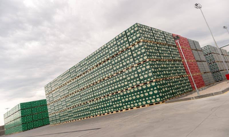 Blocos da cerveja engarrafada em um lote exterior do armazenamento fotografia de stock royalty free