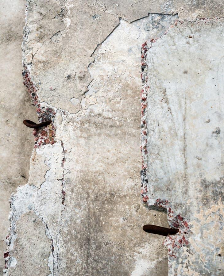 Blocos de cimento cinzentos com laços do metal fotos de stock royalty free