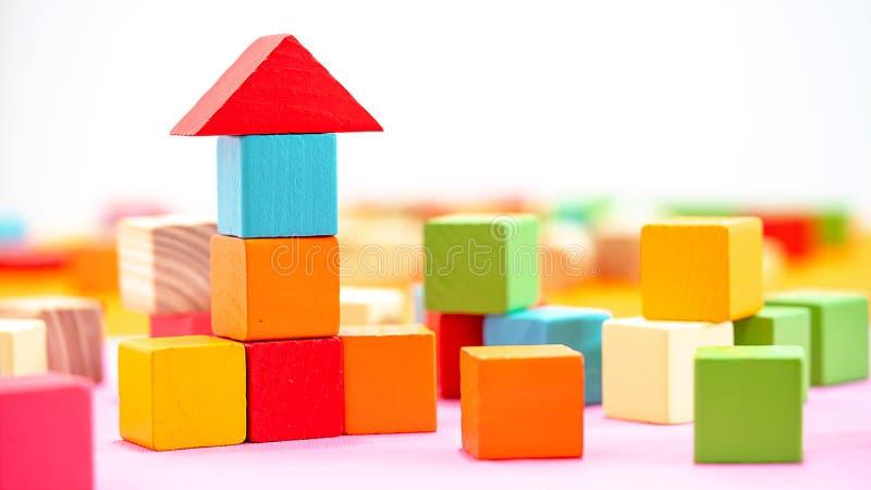 Blocos de construção de cubos coloridos de madeira isolados sobre fundo branco fotos de stock