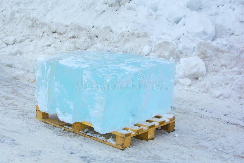 Blocos de gelo claro, eliminados para a escultura de gelo imagens de stock