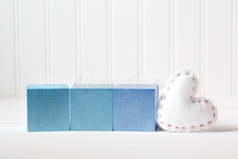 Blocos de madeira azuis com coxim do coração fotografia de stock