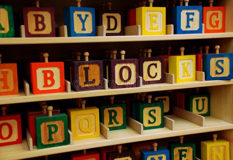 Blocos de madeira coloridos das crianças foto de stock
