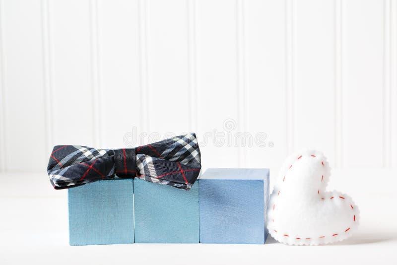Blocos de madeira com coxim do coração em uma tabela branca imagens de stock royalty free