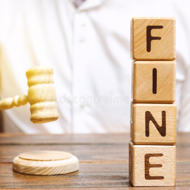 Blocos de madeira com a multa e o juiz da palavra Pena como uma puni??o para um crime e uma ofensa Puni??o financeira Viola??es d imagens de stock